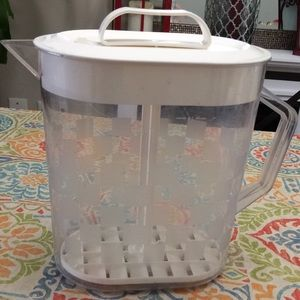 The pampered chef 1 gallon quick-stir pitcher